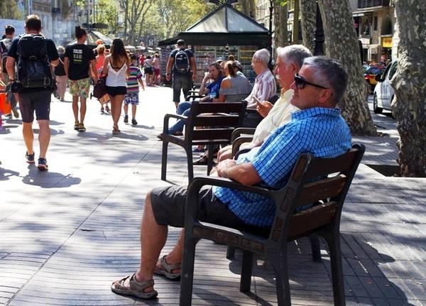 """Đại lộ nổi tiếng La Rambla là điểm """"check in"""" của hầu hết du khách khi tới Barcelona. Nơi này tập trung nhiều cửa hiệu bán đồ lưu niệm, nhà hàng ăn uống, các màn biểu diễn nghệ thuật đường phố hấp dẫn. Đây cũng là """"đầu mối"""" của các ngã rẽ giúp du khách khám phá Barcelona mà không bị lạc. Ảnh: Hương Chi"""