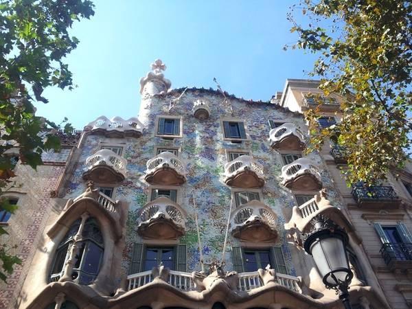 Casa Batllo là một trong những tác phẩm nổi tiếng của kiến trúc sư đại tài Tây Ban Nha, Antoni Gaudi. Ngôi nhà được ông thiết kế lại vào năm 1904 và chỉnh sửa một vài lần sau đó. Giống như nhiều công trình khác của Gaudi, Casa Batllo đậm nét kiến trúc hiện đại của xứ Catalan. Ở Barcelona còn nhiều công trình khác của Gaudi mà du khách có thể ghé thăm như Casa Vincens, nhà thờ Sagrada Familia, Park Guell... Ảnh: Hương Chi