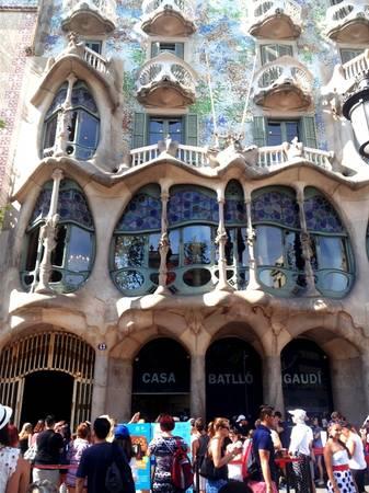 Công trình mở cửa đón khách từ 9h đến 21h hàng ngày với giá vé tham quan là 22 euro/ người lớn, trẻ em dưới 7 tuổi được miễn phí. Là một biểu tượng cho sự nghiệp kiến trúc của Antoni Gaudi, Casa Batllo thu hút rất đông khách tham quan mỗi ngày. Để không tốn thời gian xếp hàng mua vé, bạn có thể đặt vé trên mạng. Ảnh: Hương Chi.