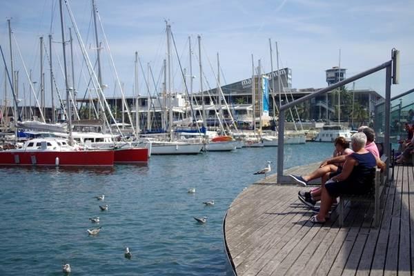 Đi hết khu phố nhộn nhịp La Rambla, bạn sẽ thấy bến cảng Barcelona trước mặt cùng với hàng trăm tàu bè và rất nhiều chim hải âu bay xung quanh. Ngay cạnh tòa nhà của bến cảng Barcelona là công trình khắc họa hình ảnh nhà thám hiểm Colombus mà du khách có thể chụp hình kỷ niệm. Ảnh: Hương Chi.