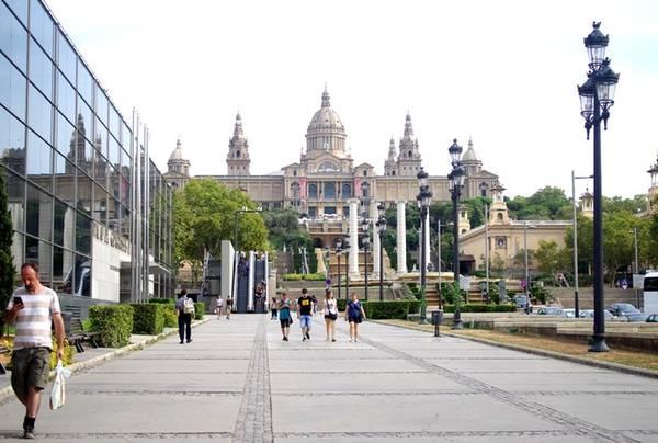 Cách khu phố La Rambla không xa là ngọn đồi Montjuic, nơi có cung điện quốc gia hay chính là Bảo tàng nghệ thuật Catalan, đài phun nước Font Magica, vườn bách thảo... Ảnh: Hương Chi.