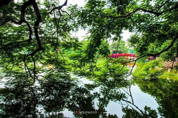 Cầu Thê Húc (hồ Gươm, Hà Nội) yên bình trong một sáng mùa thu.