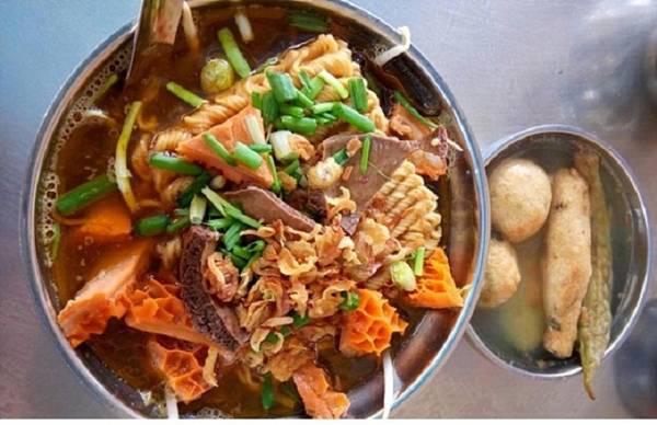 Phá lấu:  Một nồi nước phá lấu gồm các gia vị như ngũ vị hương, quế chi, bát giác, đại hồi, tiểu hồi cùng một số vị thuốc Bắc. Còn phần thịt của heo ở bất cứ bộ phận nào cũng đều có thể dùng nấu phá lấu, bao gồm cả lưỡi, tai, ruột đến bao tử... Ở Sài Gòn, phá lấu được chế ra rất nhiều loại như ăn với bánh mì, nướng, lẩu và còn có cả món phá lấu mì gói, bánh mì kẹp phá lấu... Ở quận 5, Phá lấu Tâm Ký là tiệm nổi tiếng nhất, giá từ 280.000 đồng một kg, bánh mì phá lấu từ 20.000 đồng một ổ. Ảnh: Huỳnh Thảo.