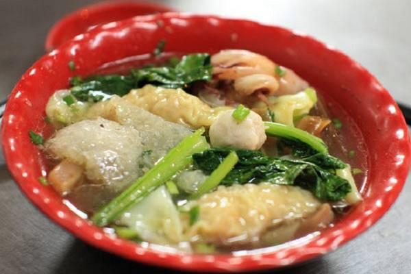 """Sủi cảo: Trong ẩm thực của người Hoa, sủi cảo là một món ăn truyền thống, gồm ba thành phần chính là sủi cảo, cải ngọt và nước dùng. Ở Chợ Lớn, món này được biến tấu cho phù hợp khẩu vị người Việt với nhiều nguyên liệu như mực, cá viên, da heo, tôm... Phần nhân sủi cảo thường làm từ tôm tươi nên khi ăn có vị ngọt thanh mà không béo. Nước dùng trong vắt, có vị ngọt tự nhiên rất vừa miệng. Ở quận 11, đường Hà Tôn Quyền được gọi là """"đường sủi cảo"""" với nhiều quán bán món này, giá một phần là 35.000 đồng. Ảnh: Huấn Phan."""