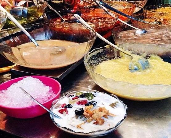 Chè: Chè trong ngõ chợ có rất nhiều loại, từ truyền thống như đỗ đen, ngô, bưởi, đậu đỏ… đến các loại chè Thái đa dạng, caramel, sữa chua nếp cẩm. Người Hà Nội vẫn yêu thích cốc chè đỗ đen trân châu truyền thống với vị thanh mát đúng chuẩn chè quê. Du khách thường chọn chè xuka hoặc các loại thập cẩm dễ ăn, vị ngọt mát. Giá một cốc từ 15.000 đồng. Các quán chè chỉ có ít chỗ ngồi, nếu đông khách, bạn phải đợi xếp chỗ. Ảnh: Hương Giang.