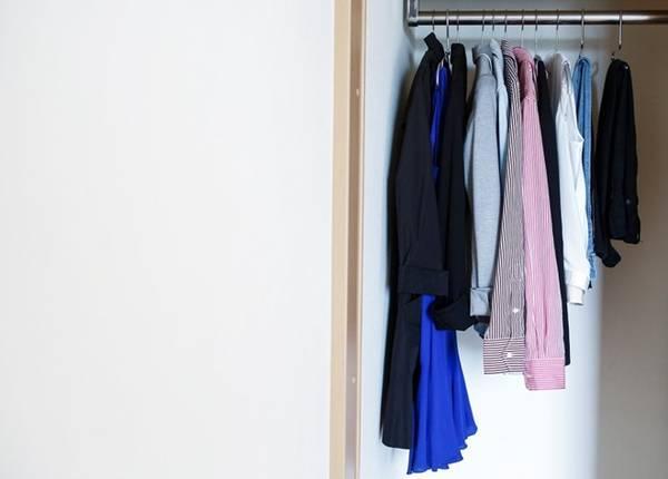 Không có quần áo thừa thãi, lâu không dùng đến trong tủ quần áo.