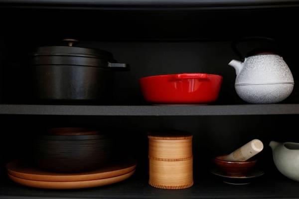 Dụng cụ trong nhà bếp cũng chỉ có vài món, khiến tủ bếp trông rất thoáng đãng.