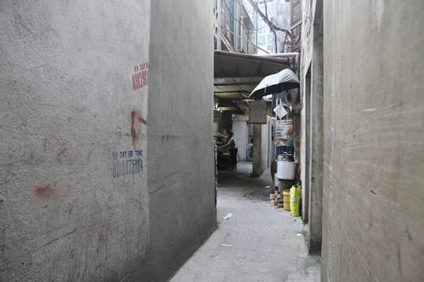 Quán bánh đúc nóng đã hơn 30 năm tuổi, trước kia nằm ở vỉa hè phố Lê Ngọc Hân, nay chuyển vào ngõ nhỏ. Không gian chật chội không ngăn được thực khách tìm về quán quen bất kể thời điểm nào trong ngày.