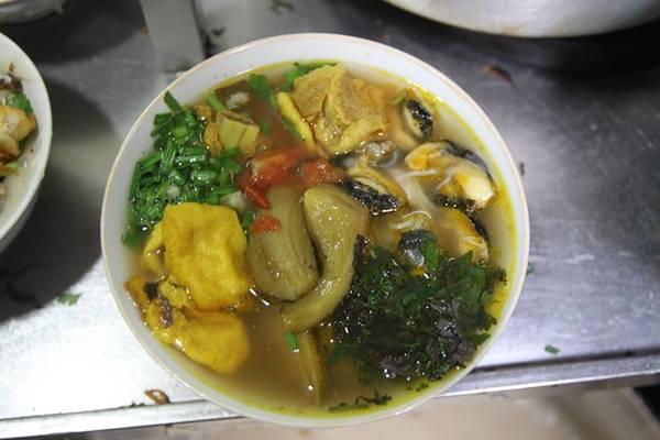 Miến chan thập cẩm thơm vị của cua, bùi và ngậy với cá rán, giòn giòn với giò tài ăn kèm với trứng cút, đậu rán chan nước dùng nóng hổi.
