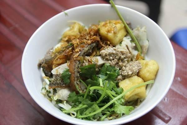 Bún ốc thập cẩm khiến nhiều người mê mệt như một món ăn ăn hoài không chán, với vị thơm ngậy rất đặc trưng của ốc, chuối, đậu hòa với nhau.