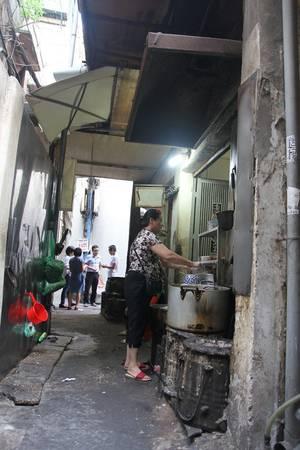 Miến trộn thập cẩm là món ăn mới nhất của quán nhưng lại được thực khách rất yêu thích. Loại miến ngon được bà tìm mua kết hợp với rất nhiều loại nguyên liệu ăn cùng rau thơm và ớt chưng sẽ khiến bạn nhớ mãi.