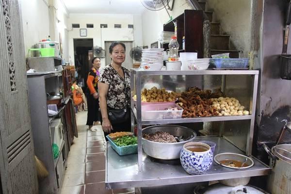 Bà Nội chia sẻ, bà bán bánh đúc từ thời bao cấp. Xưa đây chỉ là món ăn bình dân của thời nghèo khó. Nhưng khi kinh tế phát triển, gia đình vẫn giữ nghề truyền thống. Điều đặc biệt là, chính vị ngon của bánh đúc nóng đã làm không biết bao thế hệ thực khách xiêu lòng với quán nhỏ đơn sơ này.
