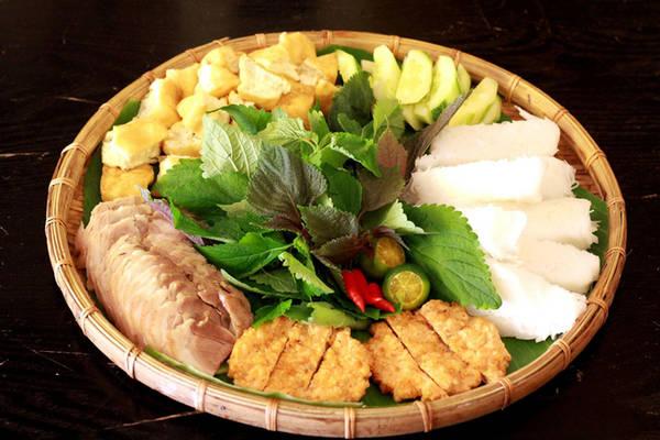 Chế biến theo khẩu vị miền Bắc, quán bún đậu Homemade thu hút thực khách Sài Gòn nhờ nhiều món ăn ngon. Mẹt bún đậu dùng cùng mắm tôm đủ no cho hai người ăn. Nhiều nguyên liệu được chủ quán đưa từ Bắc vào Nam để chế biến. Đậu của quán vừa giòn vừa béo, bún sợi nhuyễn ăn không có cảm giác ngán.
