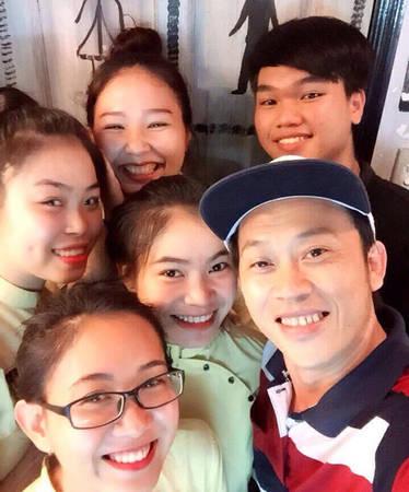 Danh hài Hoài Linh chụp ảnh lưu niệm cùng nhân viên của quán.