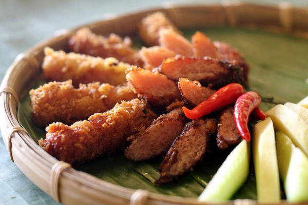 Nem chua rán của quán là món khoái khẩu của nhiều thực khách Sài Gòn.