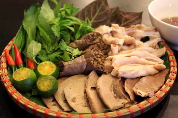 Ngoài bún đậu, thực khách còn mê lòng lợn luộc hoặc chiên giòn chấm mắm tôm được pha với công thức đặc biệt. Ngoài cửa hiệu chính ở đường Hồng Hà quận Tân Bình, hiện quán còn có thêm chi nhánh tại trung tâm 1, luôn thu hút thực khách, nhất là giới showbiz.