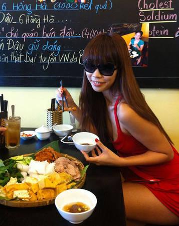 Siêu mẫu Hà Anh tạo dáng chụp ảnh khi đang dùng bún đậu.