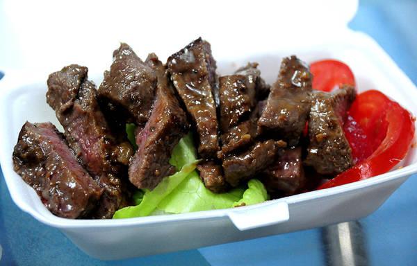 A Hoài ướp beefsteak pha trộn hai phong cách Âu - Á nhưng thiên Á. Miếng bò chính vì thế đậm đà hơn do thấm gia vị.