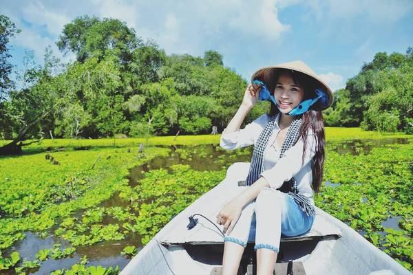 Cứ độ tháng 10 tháng 11 hàng năm, dân du lịch từ Nam ra Bắc lại rủ nhau đi ngắm rừng tràm Trà Sư yên bình và xanh mát mùa nước nổi. Ảnh:@myl_truong