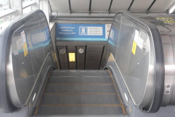 Tiếp đó di chuyển bằng thang cuốn để xuống phía dưới nhà ga. Ảnh: San San