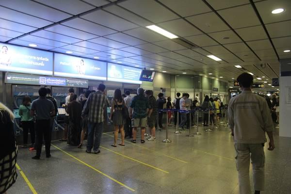 Mọi người xếp hàng để mua vé tàu tại các máy bán vé tự động. Ảnh: San San