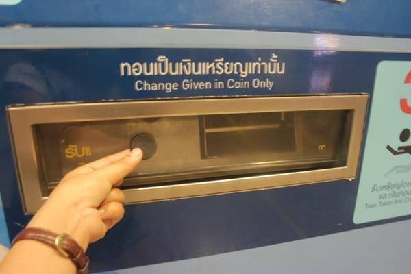 Vé lẻ đi tàu điện có dạng là một đồng xu bằng nhựa màu đen. Ảnh: San San