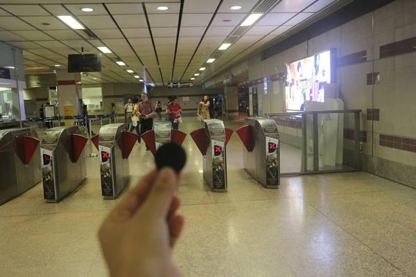 Sau khi mua vé xong cầm đồng xu bằng nhựa tiến đến khu vực kiểm soát vé. Ảnh: San San