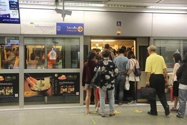 Vào giờ cao điểm tàu điện  ngầm thường rất đông đúc. Ảnh: San San