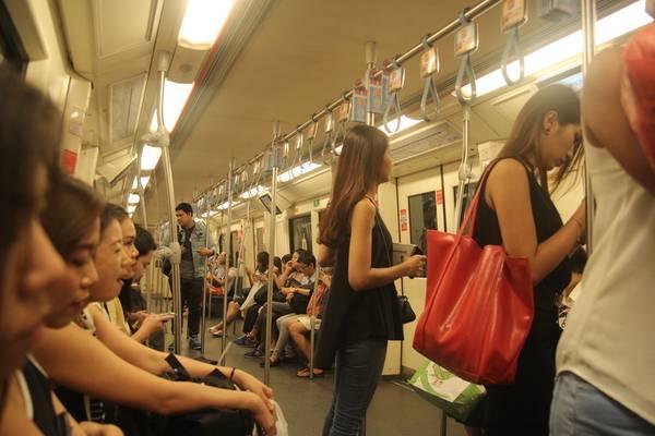 Bên trong tàu điện ngầm. Ảnh: San San