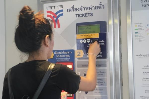 Sau đónhét tiền xu vào ô số 2, số tiền bỏ vào phải bằng hoặc nhiều hơn giá tiền vé mà bạn phải trả. Ảnh: San San