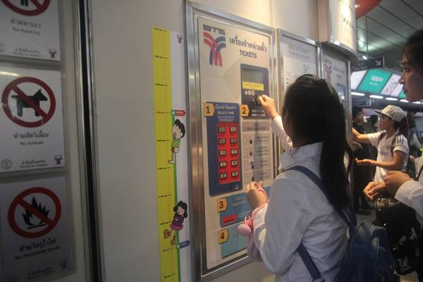 Khi đã nhét đủ xu, thẻ từ đi tàu điện sẽ được xuất ra từ ô số 3 và số tiền thừasẽ được trả lại tại ô số 4. Ảnh: San San