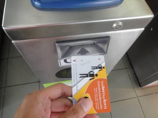 Cầm thẻ tiến về phía cửa ra vào. Thao tác là nhét thẻ vào khe quét (trên thẻ có dấu mũi tên, nhét hướng đó vào khe thẻ). Thẻ sẽ chui tọt vào và nhả ra ở phía trên, cửa lập tức mở ra. Bạn lấy lại thẻ và đi qua cửa. Lưu ý là phải giữ thẻ trong suốt hành trình. Ảnh: ST