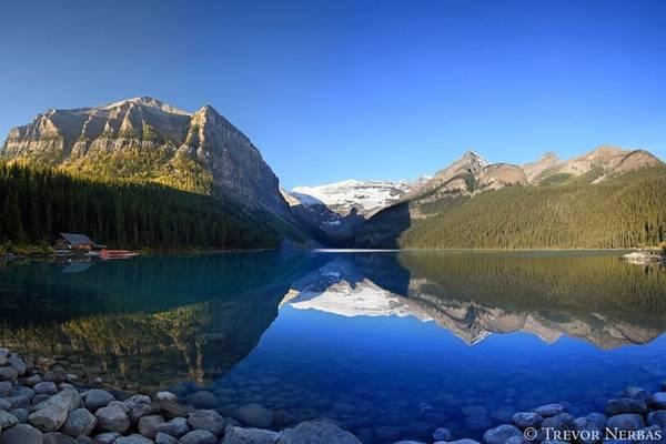 Rocky Mountains, Alberta: Từ cuối tháng Chín đến tháng Mười, khu vực này của Alberta, trong đó bao gồm Công viên quốc gia Rocky Mountains như Banff và Jasper, tràn ngập với ánh vàng của cây dương lá rung và cây vân sam đang thay đổi màu sắc.