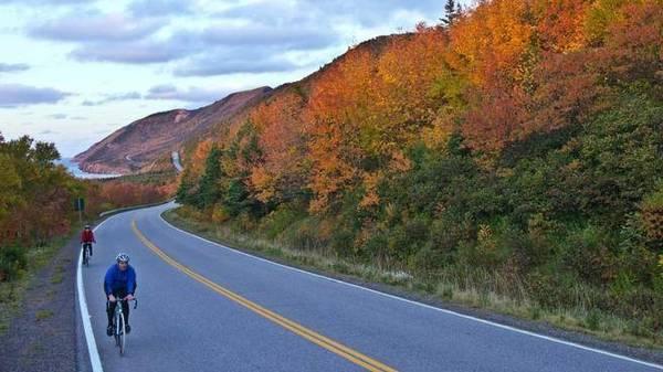 Đảo Cape Breton, Nova Scotia: Một trong những con đường tuyệt vời nhất thế giới, đường Cabot, thậm chí sẽ trở nên ngoạn mục hơn trong mùa thu với màu sắc của cây chuyển từ màu xanh sang màu rực rỡ của sắc đỏ, cam và vàng. Tháng Mười là thời điểm tuyệt vời nhất để ngắm cảnh tượng này.