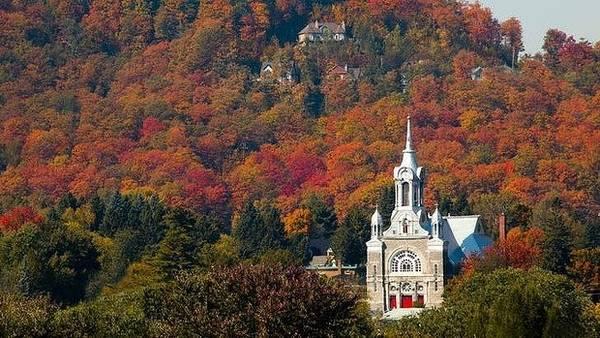 Dãy núi Laurentian, Quebec: Từ cây thích đường đến bạch dương, Quebec sở hữu một hệ thực vật thay đổi màu sắc một cách ngoạn mục trong những tháng của mùa thu. Dãy núi Laurentian và thị trấn nghỉ mát Mont Tremblant là những nơi nhất để lang thang, đi xe đạp hoặc chỉ thư giãn trong khung cảnh đầy màu sắc.