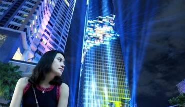 Tòa cao ốc MahaNakhon cao 314 m với những khối lập phương mấp mô trên thân được chiếu sáng rực rỡ có thể khiến người đi đường choáng ngợp khi nhìn từ xa.Ảnh:@qtypatchybkk