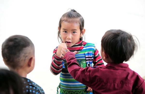 Chỉ một cái kẹo mút đôi khi cũng khiến bọn trẻ thích thú cả buổi chiều.