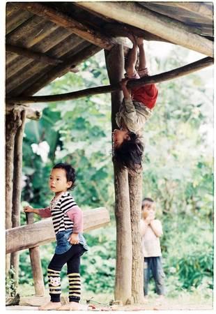 Trong những bản sâu xa, trẻ em tìm đến những trò vui khiến tất cả bất ngờ.