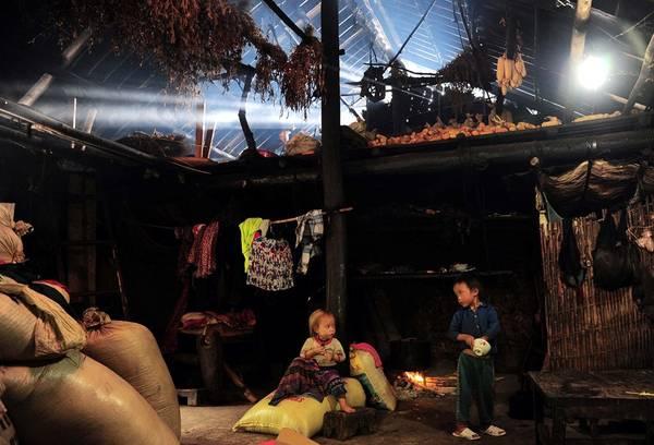 Một căn nhà của người Hà Nhì, với ngô trên gác bếp và những đứa trẻ sống hồn nhiên như cây cỏ.