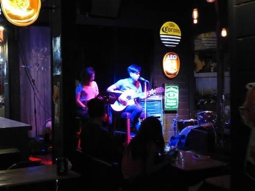 Trong các quán bar, pub nhạc sống được trình diễn rất nhiều, sôi động và luôn chật khách xem.