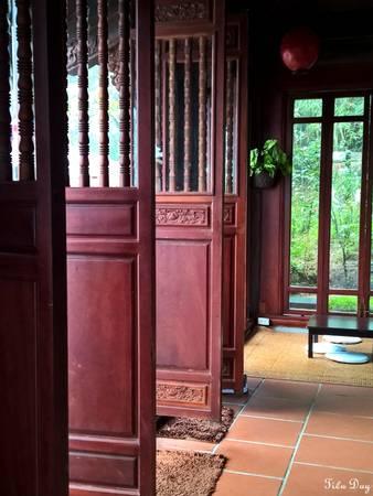 Hệ thống cửa đóng mở tuỳ ý thích của khách, theo đó là sự kết hợp với vách kính tạo nên không gian mở, gần gũi với thiên nhiên.  Ảnh: Tiểu Duy