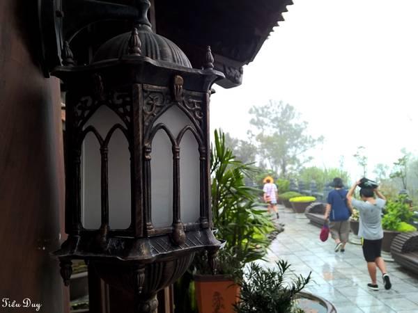 Vì nằm ở độ cao gần 1500m, mây mù bao phủ quanh năm nên nơi này hay xuất hiện những cơn mưa bất chợt. Du khách tham quan thường tạt vào để trú mưa nên cái tên Trú Vũ Trà Quán cũng bắt nguồn từ đó. Ảnh: Tiểu Duy