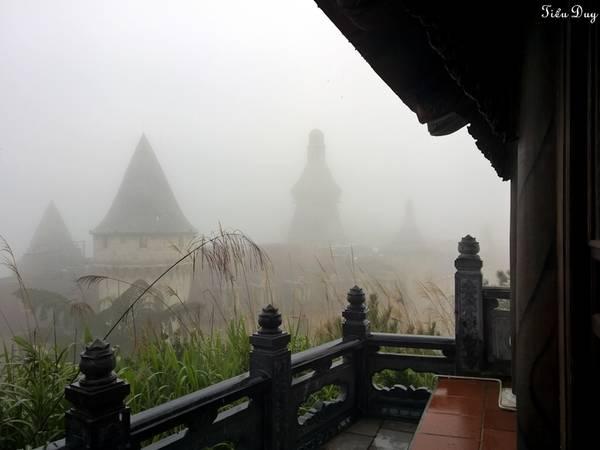 Ngồi trong nhà, bạncó thể phóng tầm mắt ra xa ngắm mây trời, rừng nguyên sinh, ngay phía dưới là khu Làng Pháp tráng lệ. Ảnh: Tiểu Duy