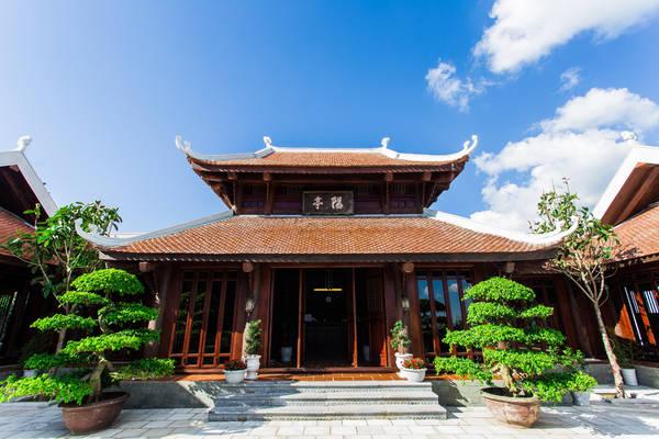 Nơi này có diện tích 350m2, bao gồm 3 khối nhà, được xây theo lối kiến trúc truyền thống của miền Bắc Việt Nam, mangđến cho bạnkhông gian tâm linh tĩnh lặng và thoải mái.