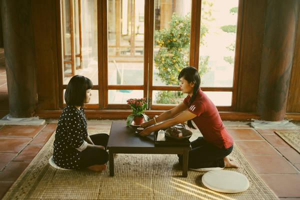 Nổi bật là những bộ bàn thấp hình vuông đặt trên chiếc chiếu đơn sơ, xung quanh là những thảm lót dùng để ngồi.