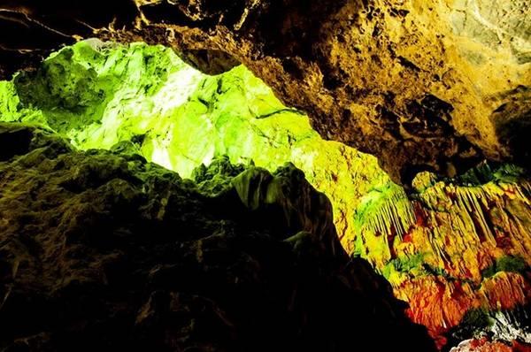 Dải Ngân Hà với nhiều khối nhũ đã rực rỡ nhiều màu sắc.