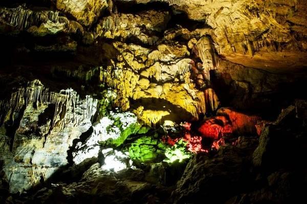 Hệ thống nhũ đá đa dạng và vẫn tiếp tục được hình thành và phát triển.