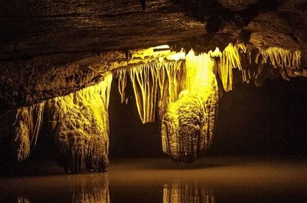 Đến đây du khách sẽ bị choáng ngợp bởi sự huyền ảo, hư thực của cả một thế giới nhũ đá.