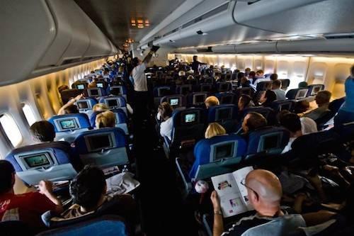 Vì sao phải tắt đèn khi máy bay hạ cánh: Khi máy bay hạ cánh vào ban đêm, phi công thường chuyển sang ánh sáng mờ hoặc tắt đèn để phòng trường hợp hành khách cần phải sơ tán. Việc này giúp mắt của bạn được điều chỉnh quen với bóng tối và nhờ đó có thể nhìn bên ngoài tốt hơn. Ảnh: Nextshark.