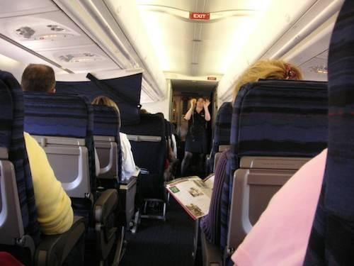 Sự thật về mặt nạ dưỡng khí trên máy bay: Khi máy bay gặp sự cố, mặt nạ dưỡng khí sẽ tự động rơi xuống cho hành khách và lượng oxy chỉ có thể duy trì được trong khoảng 15 phút. Tuy nhiên, thời gian này cũng đủ để phi công hạ máy bay xuống độ cao thấp hơn, nơi mà hành khách có thể hít thở bình thường. Ảnh: Nextshark.